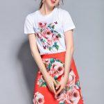 薔薇の服Tシャツ&ショートスカート、ビーズで装飾した赤色の蝶々が飛んでいるピンク薔薇バラの白いTシャツトップスと赤いスカートのセット、ピンクローズTシャツ&スカートウェア001