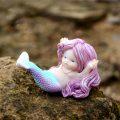 ピンク色の髪の毛の人魚置物、仰向けになって両手を広げ真珠のネックレスをしている人魚の妖精、マーメイドフェアリーオブジェ001