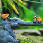 象の置物人形、ちょこんと座って横に鼻を伸ばして小鳥と遊んでいる象のフィギア、エレファントフィギアオブジェecqdelephant003