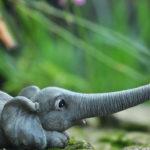 象の置物人形、うつ伏せで鼻を伸ばして白ねずみと遊んでいる象のフィギア、エレファントフィギアオブジェecqdelephant004