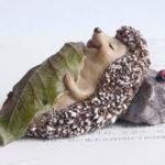 ハリネズミ置物、ハリネズミ人形葉っぱの布団でお昼ねしている針ねずみフィギア、ハリネズミフィギアオブジェecqdhedgehog001