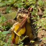 ハリネズミ人形、ハリネズミ置物笑顔でバイオリンを弾く針ねずみフィギア、ハリネズミフィギアオブジェecqdhedgehog003