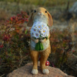 ウサギ置物、ウサギ人形、ベージュ色の白い花束を持つウサギ、兎のフィギア、ウサギオブジェecqdrabbit014