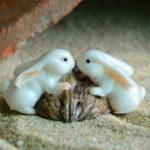ウサギ置物、ウサギ人形、クルミの殻に乗っかって見詰め合う白色ウサギたち、兎のフィギア、ウサギオブジェecqdrabbit017