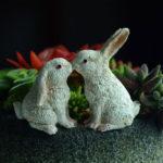 ウサギ置物、ウサギ人形、植木鉢フラワーポットの上でキスをしている白色ウサギ、兎のフィギア、ウサギオブジェecqdrabbit020