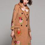 薔薇の服、薔薇ハーフコート、花柄の服、ピンク薔薇と赤い薔薇を刺繍したカーキー色のトレンチコート、ローズコート、レディースドレスウェアseqirose005