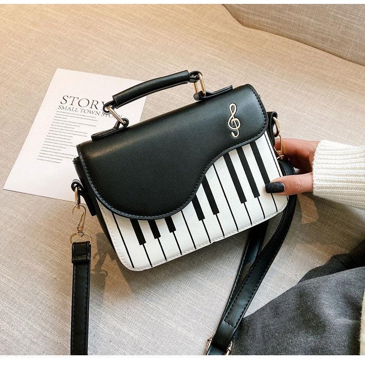 ピアノレッスンバッグ、ピアノバッグ、ピアノカバン、グランドピアノ型に♪音符刺繍のショルダーバッグ、ハンドバッグ、レディースバッグ