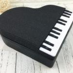 "<span class=""title"">ピアノレッスンバッグ、ピアノバッグ、ピアノカバン、グランドピアノ型と千鳥格子柄に立体鍵盤のショルダーバッグ、合成皮革バッグ、ハンドバッグ、レディースバッグenbapiano002</span>"