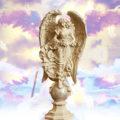 天使女神、ガーデニング雑貨、ガーデニンググッズ、丸い台座に立っている大きな翼の大天使の女神、エンジェルオブジェ、オーナメントフィギア、 小さい天使