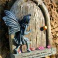 ドア、妖精置物、フェアリーグッズ、妖精ガーデニンググッズ、ドアを開けようとしている妖精のガーデニング雑貨、フェアリーオブジェ、フェアリーフィギア