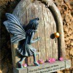 """<span class=""""title"""">妖精ドア、おとぎ話ドア、小人ドア、妖精置物、フェアリーグッズ、妖精ガーデニンググッズ、ドアを開けようとしている妖精のガーデニング雑貨、フェアリーオブジェ、フェアリーフィギアzhdefairy001</span>"""