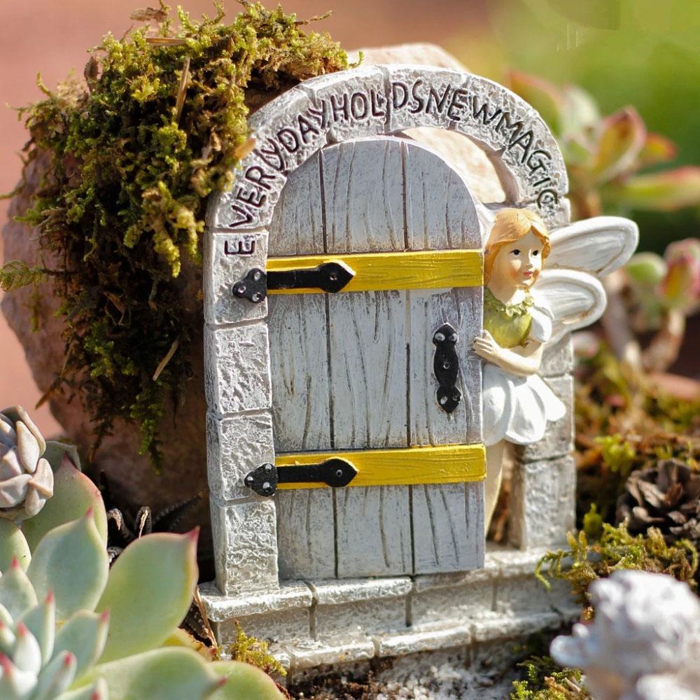 妖精ドア、おとぎ話ドア、小人ドア、妖精置物、フェアリーグッズ、妖精ガーデニンググッズ、白いドアを開けている妖精のガーデニング雑貨、フェアリーオブジェ、フェアリーフィギア