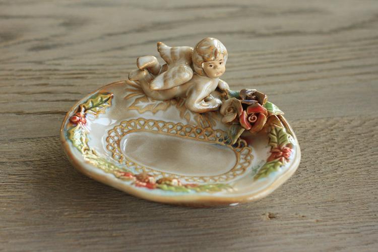 天使置物のエンジェル人形が付いたソープディッシュ、ソープホルダー、ソープトレイ、石鹸置き、石鹸ホルダー、うつ伏せになっている天使と薔薇とヒイラギの陶磁器の小皿