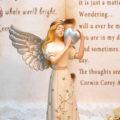 天使置物のエンジェル人形、天使女神、両手で銀のハートを抱えて銀色の大きな翼を広げ目つむっている天使人形、エンジェルオブジェ、オーナメントフィギア