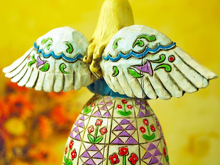 天使置物のエンジェル人形、天使女神、翼を広げ微笑んでいる木彫り彫刻風のドレスが美しい天使人形、エンジェルオブジェ、オーナメントフィギア