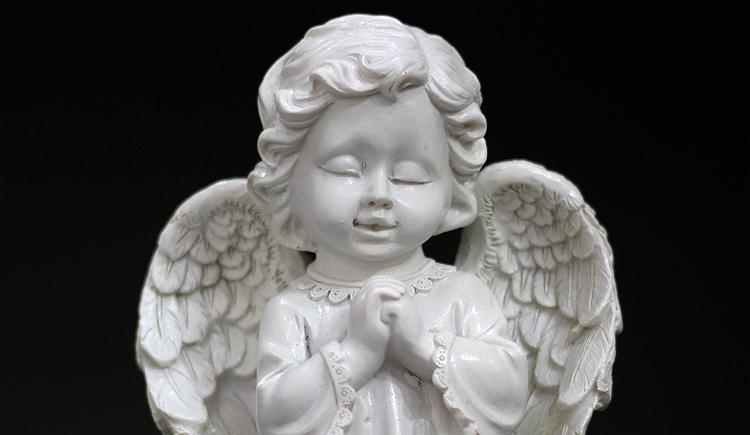 天使置物、エンジェル人形、天使雑貨グッズ、手を握りしめて目をつむり可愛い笑みを浮かべている天使人形、エンジェルオブジェオーナメントフィギア