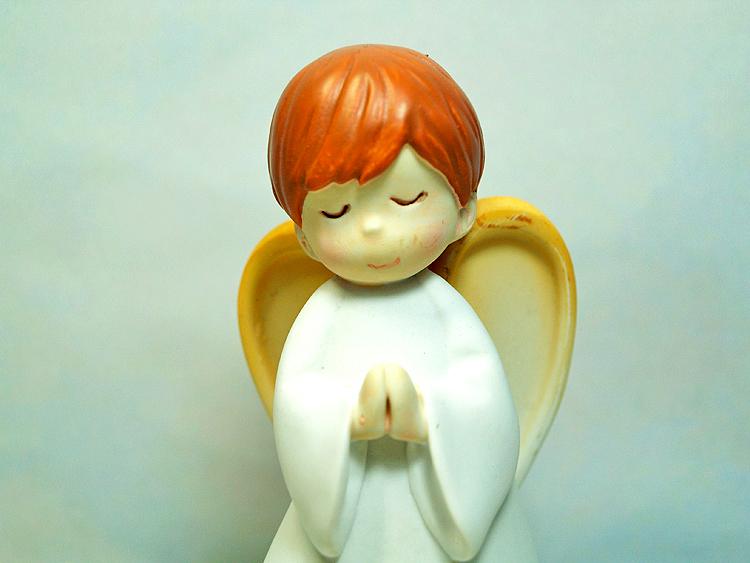 天使置物、エンジェル人形、天使雑貨グッズ、白いローブを着て目をつむって両手を合わせお祈りをしている天使人形、エンジェルオブジェオーナメントフィギア