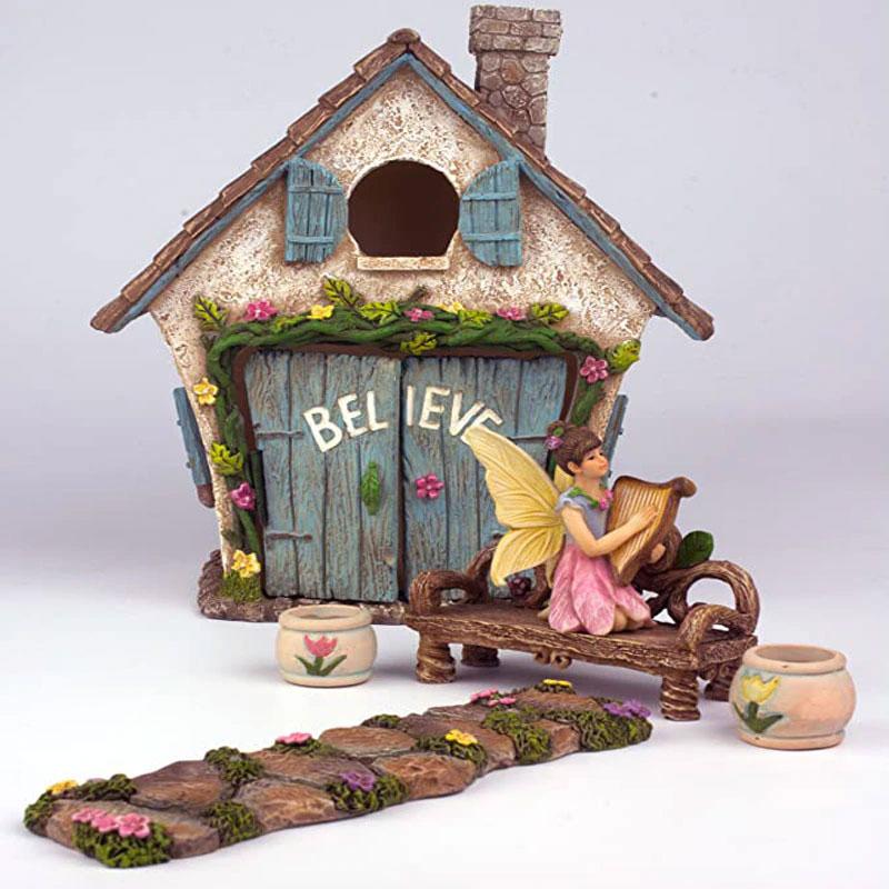 妖精ハウス、妖精ドア、おとぎ話ドア、小人ドア、妖精置物、フェアリーグッズ、妖精ガーデニンググッズ、ドアが可愛い妖精の家と花が咲いた石畳とログベンチと植木鉢ポットとハーブを弾いている妖精の女の子のガーデニング雑貨、フェアリーオブジェ、フェアリーフィギアhiydoor001