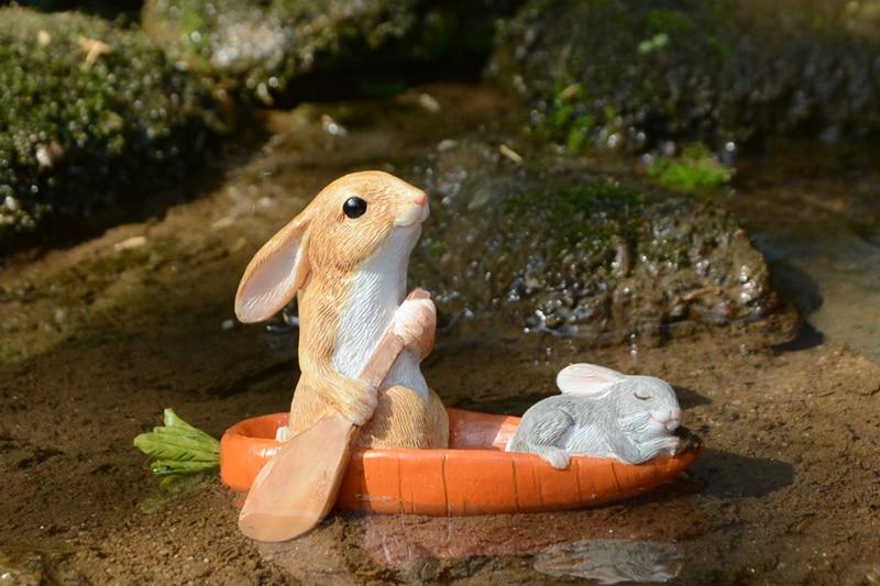 ウサギ置物、ウサギ人形、ニンジン船筏(ふないかだ)を漕いでいるうさぎと眠っている小さなうさぎ、兎のフィギア、ウサギオブジェecqdrabbit022