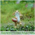 ウサギ置物、ウサギ人形、子供うさぎを籐のカゴに入れて歩いているうさぎ、兎のフィギア、ウサギオブジェecqdrabbit023