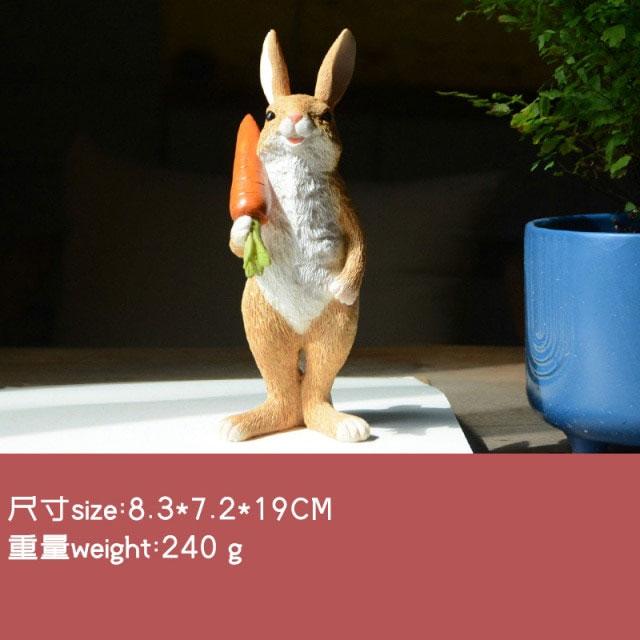 ウサギ置物、ウサギ人形、右手でニンジンを担いで微笑んでいるうさぎ、兎のフィギア、ウサギオブジェecqdrabbit027